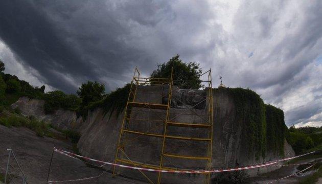 Долгожданное чудо: «Стену памяти» на Байковом кладбище начали освобождать из-под «советского» бетона