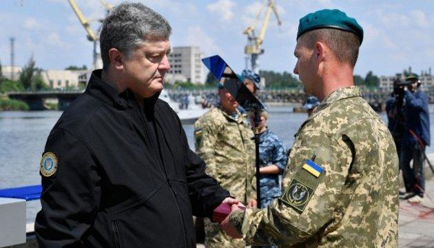 Порошенко вручил государственные награды морским пехотинцам