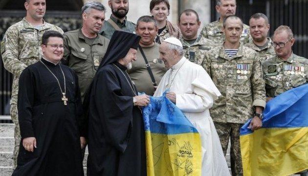 Papst kommuniziert mit ukrainischen Militärpilgern