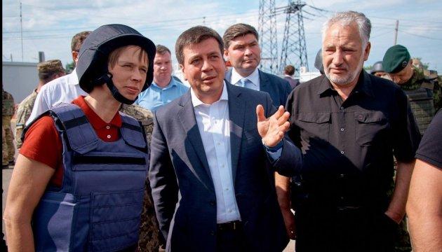 Жебривский показал президенту Эстонии последствия обстрела боевиков