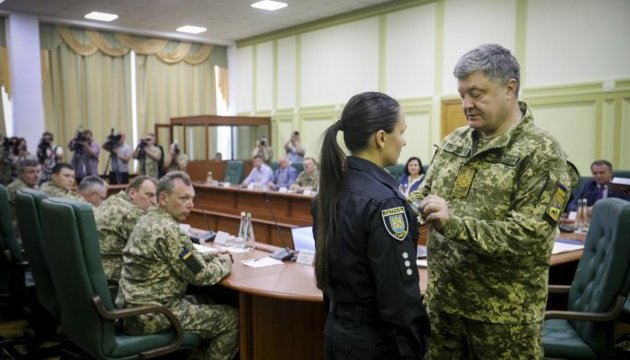 Порошенко наградил двух львовских полицейских орденом «За мужество»