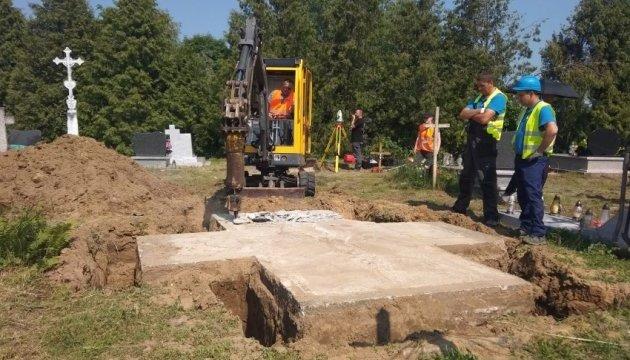 На месте памятника УПА в Грушовичах нашли человеческие останки