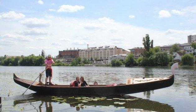 Майже Венеція: у Вінниці туристів почали катати на гондолі