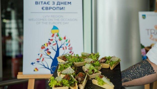 В аэропорту Львова проходит фотовыставка гастрономических локаций области
