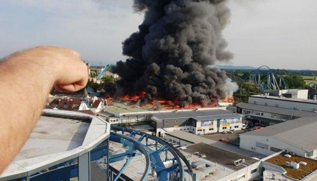 В Германии пожар в крупнейшем парке развлечений: пострадали 3 пожарных