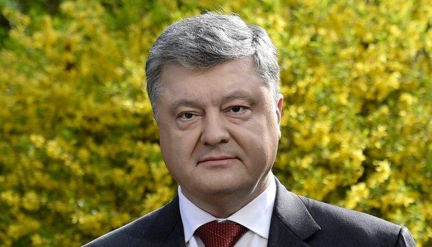 Порошенко поздравил украинцев с Троицей и призвал верить в победу добра