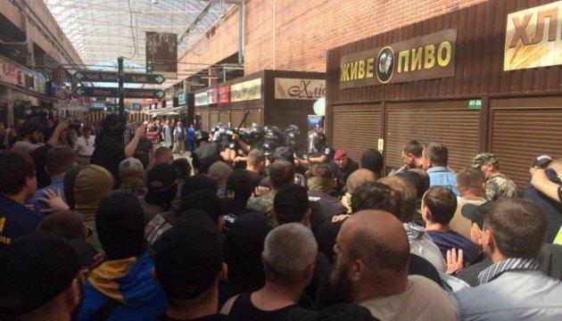 Потрощені кіоски біля столичного метро: у сутичках постраждали троє поліцейських