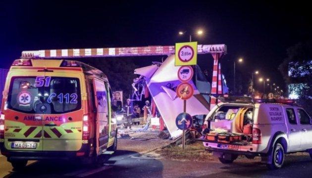 Doppeldeckerbus mit Touristen aus Ukraine kracht gegen Höhenbegrenzer: Dutzende Verletzte in Ungarn - Bilder