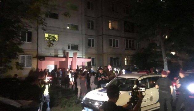 У подъезда убитого журналиста находятся около двадцати человек