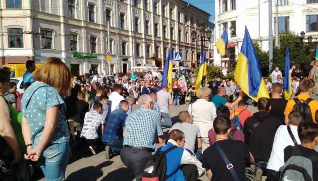 Чернівчани на колінах попрощалися із загиблим воїном 24-ї ОМБ Віктором Ферлієвичем