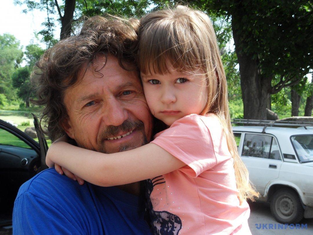 Віталій Рожик з онучкою Даринкою