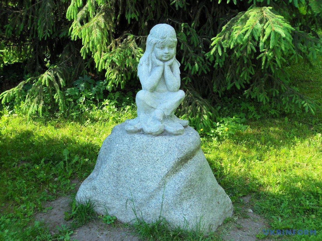 Дівчинка з каменю