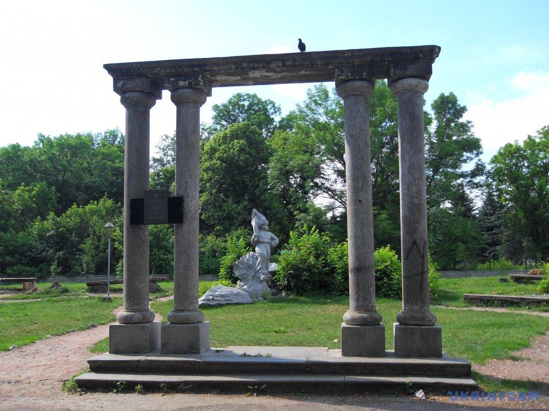 Колони, що залишилися від верхнього будинку маєтку Олізарів