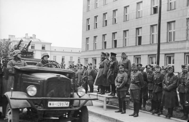 Спільний парад вермахту і РСЧА (радянський військ) в Бересті. 22 вересня 1939. На трибуні — німецький генерал Хайнц Гудеріан і радянський комбриг Семен Кривошеїн