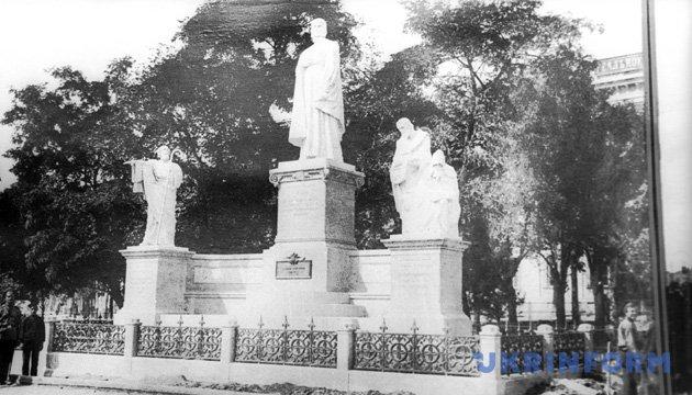 Так выглядел бывший памятник княгине Ольге на Михайловской площади в Киеве. Репродукция из фондов Укринформа