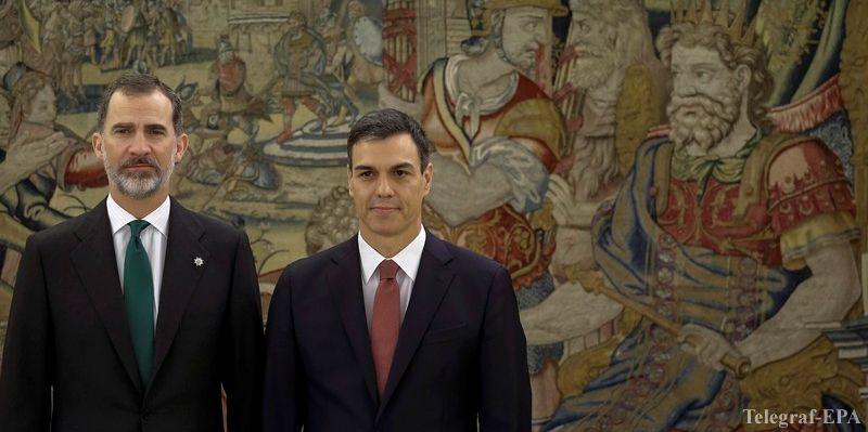 Іспанський король Філіп VI (ліворуч) в суботу, 2 червня, прийняв присягу соціаліста Педро Санчеса на посаді нового глави уряду країни // Фото: Telegraf-EPA