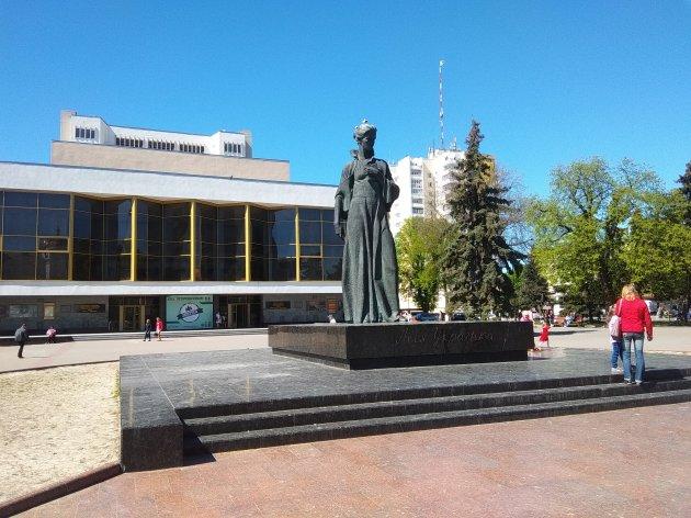 Леся перед театром Тараса Шевченка