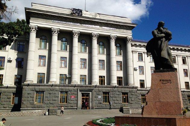 Тарас перед університетом ім. Лесі Українки / Фото: Twitter