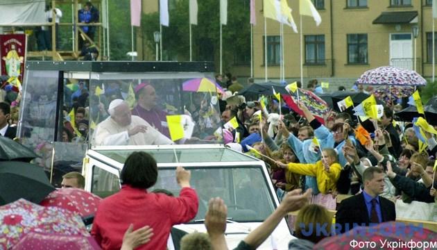 На фото: під час зустрічі Папи Римського Іоанна Павла ІІ на спортивному комплексі «Чайка». Фото Укрінформу.