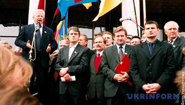 На фото: Під час мітингу на столичній Європейській площі лідери опозиційних партій - БЮТ, соціалістів та комуністів запевняли у необхідності зміни в Україні системи влади. Фото: Укрінформ.
