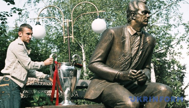 Андрій Шевченко біля пам'ятника Валерію Лобановському. Зйомка 3 червня 2003 року, Київ. Фото: Укрінформ
