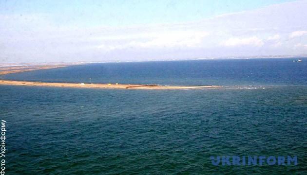 Південна частина острова Тузла, з якої українські прикордонники спостерігають за будівництвом дамби, що стала причиною прикордонної проблеми. Фото: Укрінформ
