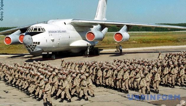 Під час проводів миротворців. - Зйомка 7 серпня 2003 року. Київ. Фото: Укрінформ