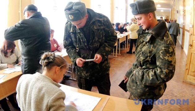 На фото: на виборчій дільниці N56 голосують воїни Одеського гарнізону. - Зйомка 21 листопада 2004 року. Одеса. Фото Укрінформ.