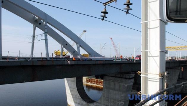 На будівництві Дарницького залізнично-автомобільного мостового переходу через Дніпро, 3 червня 2010 року. Фото: Укрінформ