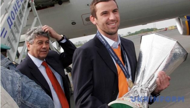 Кубок УЄФА прибув до Донецька. З Кубком Даріо Срна, ліворуч - головний тренер