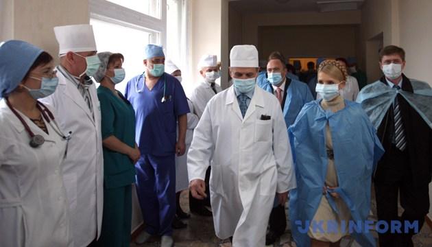 Тодішній прем'єр-міністр Юлія Тимошенко під час відвідання Житомирської обласної дитячої лікарні, 12 листопада 2009 року