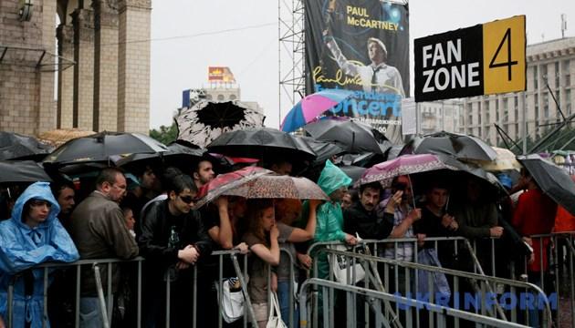 Незважаючи на дощ, глядачі займали місця на Майдані Незалежності за кілька годин до початку концерта Пола Маккартні. Київ, 14 червня 2008 року