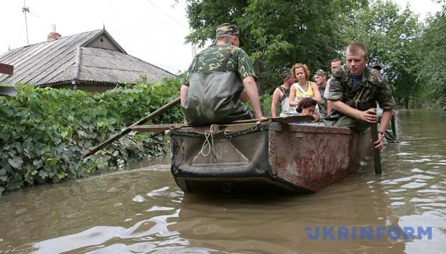 Співробітники МНС допомагають жителям Могильов-Подільського потрапити до своїх будинків та вивезти найнеобхідніші речі. Вінницька область, 30 липня 2008 року