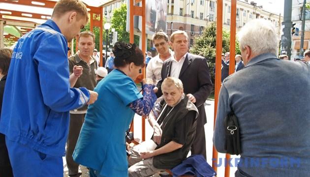 Медики надають невідкладну допомогу потерпілим внаслідок вибуху. Дніпропетровськ, 27 квітня 2012 року. Фото: Укрінформ