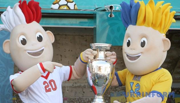 Талісмани Євро-2012 Славек і Славко з Кубком Анрі Делоне у Дніпрі, 21 травня 2012 року. Фото: Укрінформ