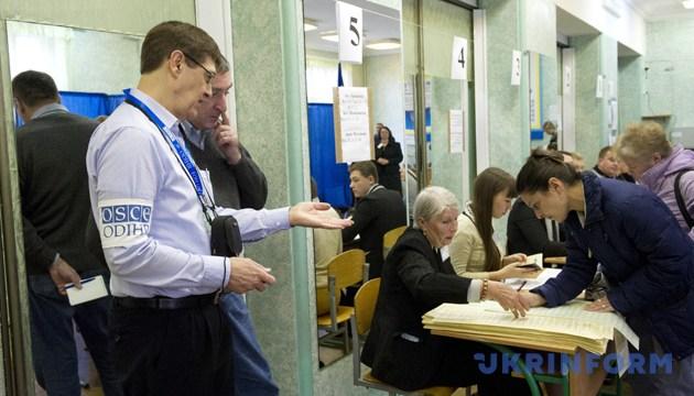 Спостерігач від ОБСЄ працює на одній з виборчих дільниць Києва, 28 жовтня 2012 року. Фото: Укрінформ