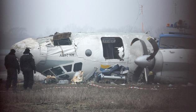Уламки літака Ан-24, що виконував чартерний рейс «Одеса-Донецьк» і розбився у міжнародному аеропорту в Донецьку, 14 лютого 2013 року. Фото: Укрінформ