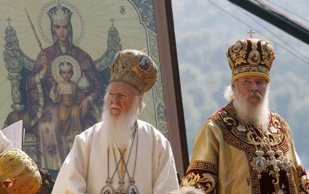 Вселенський Патріарх Варфоломій (ліворуч) і голова Російської Православної Церкви Патріарх Алексій II під час молебню в Києві, 27 липня 2008. / Фото: EPA/UPG