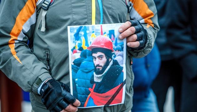 Мітингувальник тримає портрет Сергія Нігояна. Фото: Укрінформ