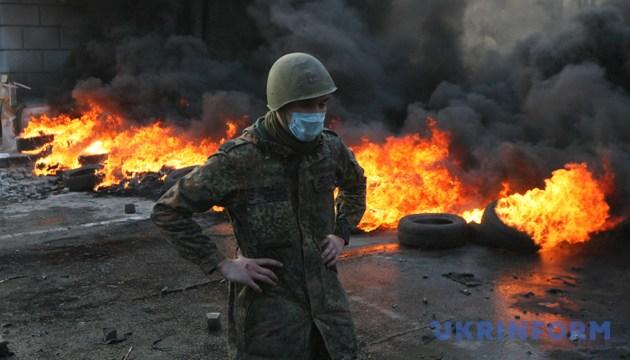 Протестувальник на тлі палаючих шин. Київ, 18 лютого 2014 року