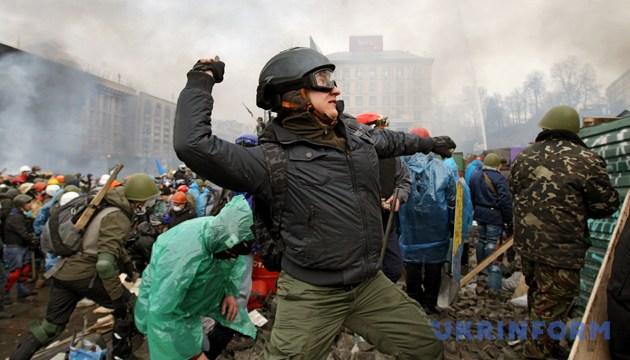 Демонстрант кидає камінь під час протистояння на Майдані Незалежності, Київ, 19 лютого 2014 року
