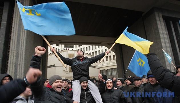 Учасники мітингу на підтримку територіальної цілісності України навпроти будівлі ВР АРК. Сімферополь, 26 лютого 2014 року