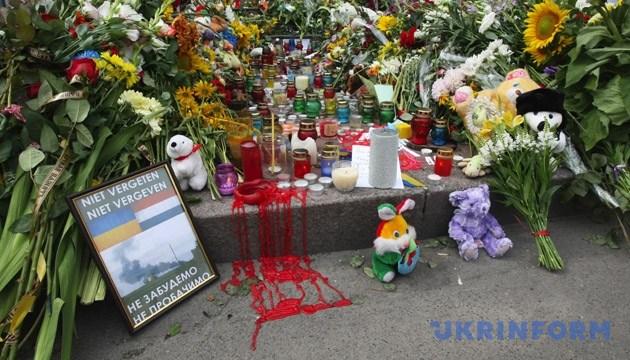 Жалобні квіти та дитячі іграшки біля будівлі посольства Королівства Нідерланди. Київ, 18 липня 2014 року