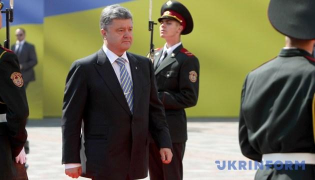 Петро Порошенко йде червоною доріжкою, де вишикувалася рота почесної варти. Київ, 7 червня 2014 року