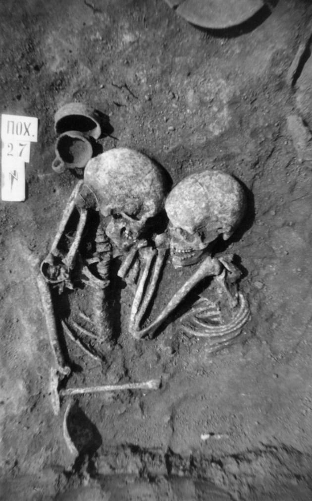Фото парного поховання №27. Розкопки М. С. Бандрівського, с. Петриків Тернопільської області, 1995 р.