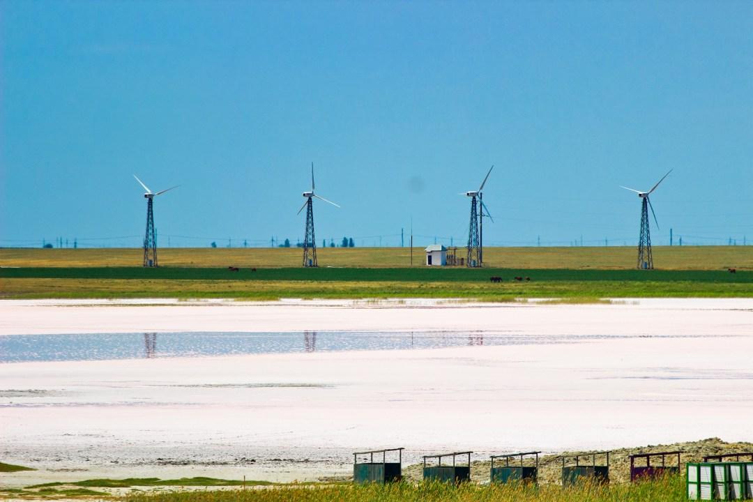 Вітрогенератори поблизу Лемурійського озера