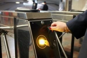 На трьох станціях столичного метро обмежили рух
