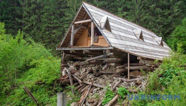 Розвалений дім карпатських бокорашів