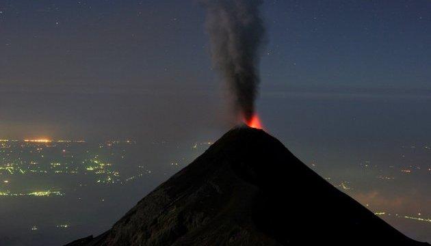 В Японии новое извержение вулкана: дым и пепел выбрасывает на 2600 метров