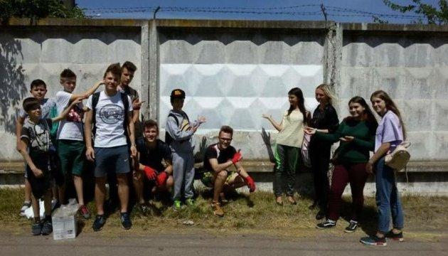 У Чернігові молодь зафарбовувала рекламу наркотиків на парканах і будівлях